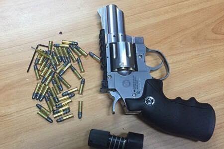 Dùng súng đồ chơi dọa bắt giữ đối tác viết giấy nợ