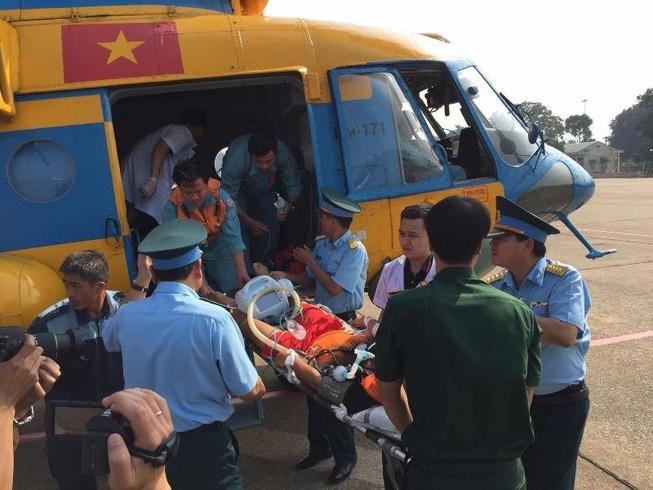 Trực thăng đưa ngư dân Trường  Sa về đất liền cấp cứu