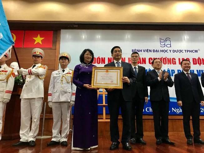 BV ĐH Y Dược TP.HCM nhận huân chương Lao động hạng Nhất