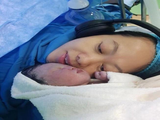 Mẹ sinh mổ được nghe nhạc, bé phẫu thuật được xem hoạt hình