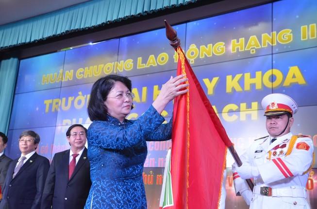 ĐH Y khoa Phạm Ngọc Thạch nhận huân chương Lao động hạng Nhì