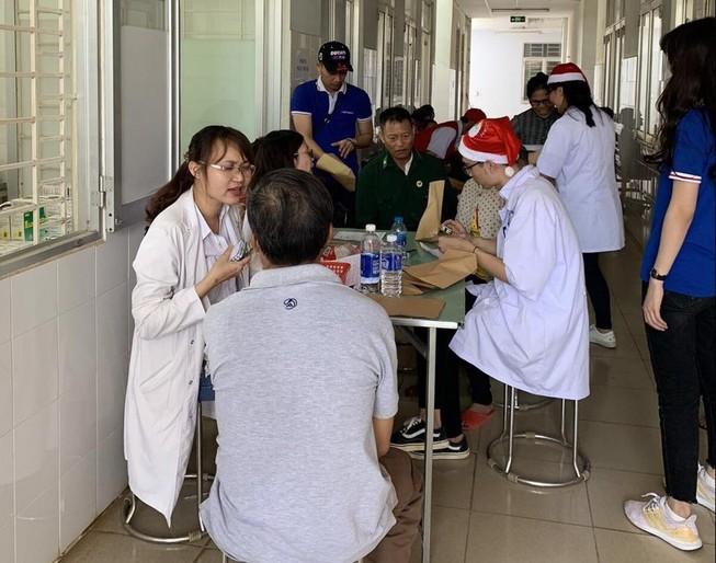 Giao lưu chiến sĩ trẻ, chăm sóc sức khỏe bà con nghèo