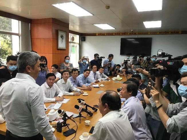 Thứ trưởng Bộ Y tế Nguyễn Trường Sơn thăm và làm việc với Bệnh viện Bệnh Nhiệt đới, nơi đang điều trị cho bệnh nhân quốc tịch Mỹ nhiễm nCoV thứ 3 được phát hiện tại TP.HCM.