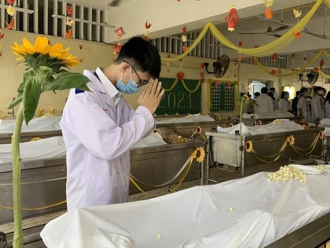 Sinh viên trường y ở TP.HCM tri ân người hiến xác cho khoa học