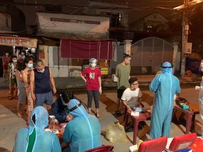 TP.HCM xuyên đêm lấy mẫu xét nghiệm COVID-19 ở chợ, nhà trọ