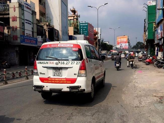 Bất ngờ taxi Vinasun dán khẩu hiệu phản đối Uber, Grab