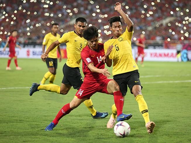 Tuyển Malaysia vừa đá tập vừa nhìn thầy trò ông Park