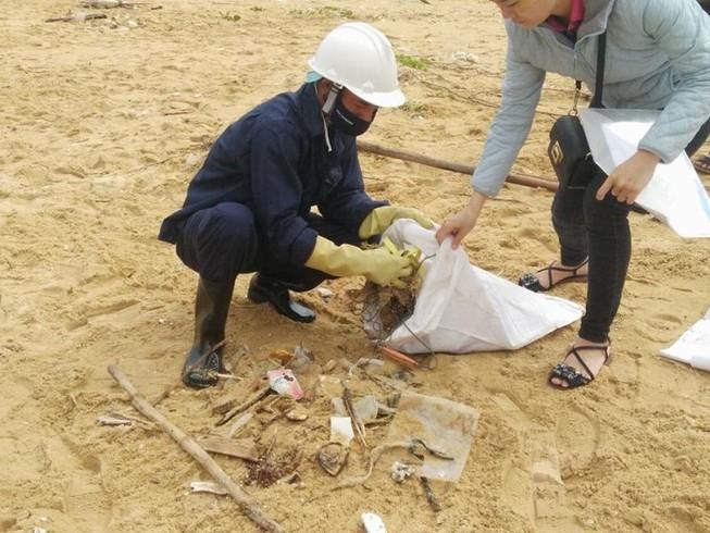 Thu gom 200 tấn rác tấp vào bờ biển Quảng Nam