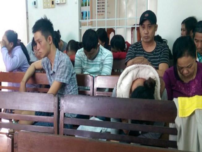 Cảnh sát ập vào bắt 24 con bạc đang sát phạt
