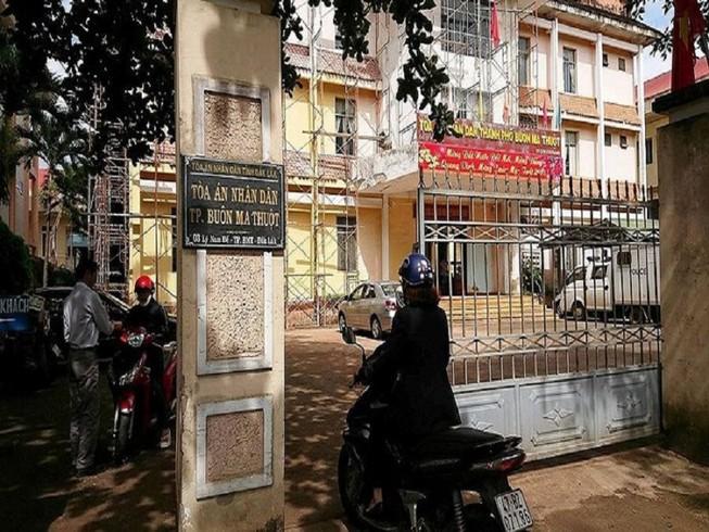 Nữ kiểm sát viên mang thai nhập viện vì bị vung tay trúng mặt