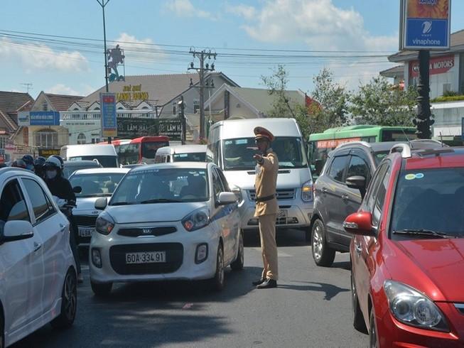 Lâm Đồng: Khách tăng khiến giao thông bị ách tắc nhiều điểm