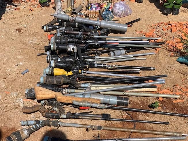 Người dân giao nộp nhiều súng, kiếm, mã tấu cho công an