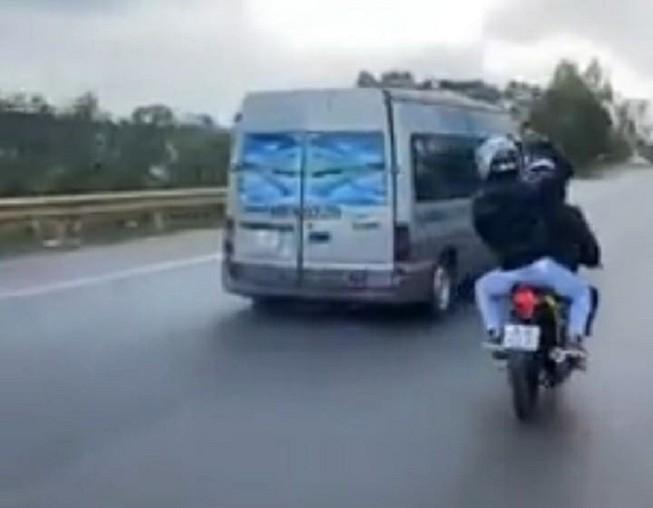 Triệu tập 3 phượt thủ ở Thủ Đức trong clip ném đá xe khách