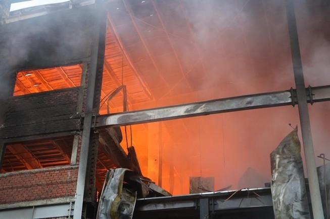 Bình Dương: Công ty bánh kẹo bốc cháy dữ dội
