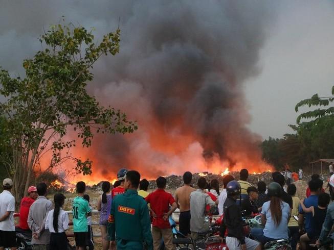 Người dân Bình Dương đổ xô đi xem cháy lớn ở bãi rác