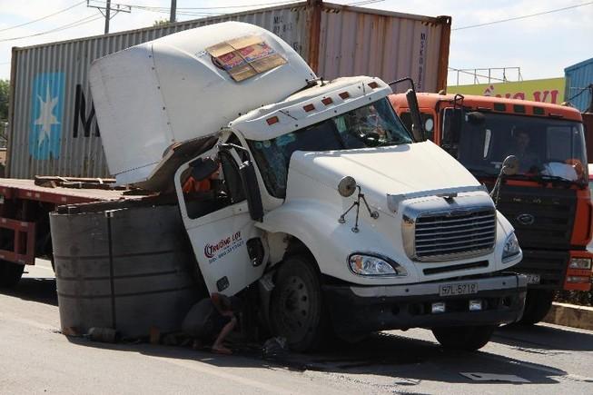 Cuộn thép 20 tấn rơi xuống đường, nhiều người thoát chết