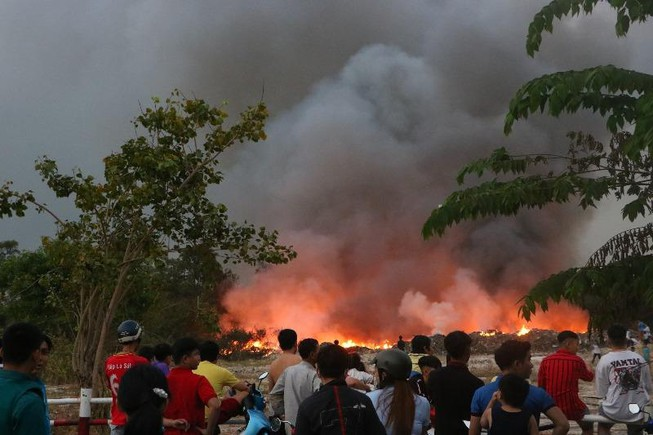 Bãi tập kết rác thải công nghiệp tại Bình Dương bị cháy trụi