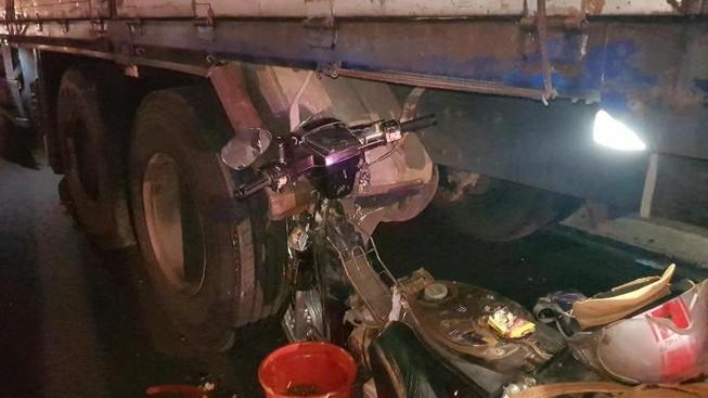 Lao xe máy vào đuôi ô tô tải, 1 người tử vong