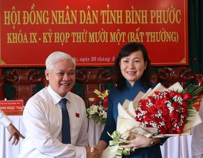 Bí thư Tỉnh ủy Bình Phước Nguyễn Văn Lợi tặng hoa chúc mừng tân Chủ tịch HĐND tỉnh nhà. Ảnh: KV