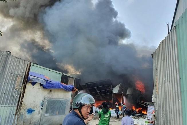 Bình Dương: Đang cháy lớn vựa ve chai trong khu dân cư