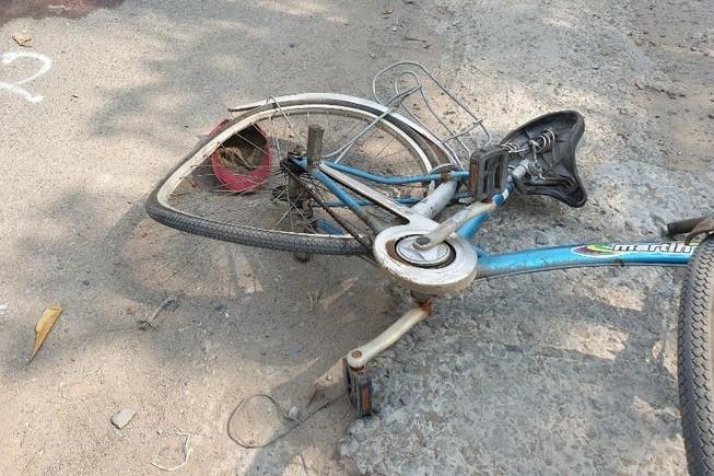 Người phụ nữ đi xe đạp bị cuốn vào gầm ô tô tử vong