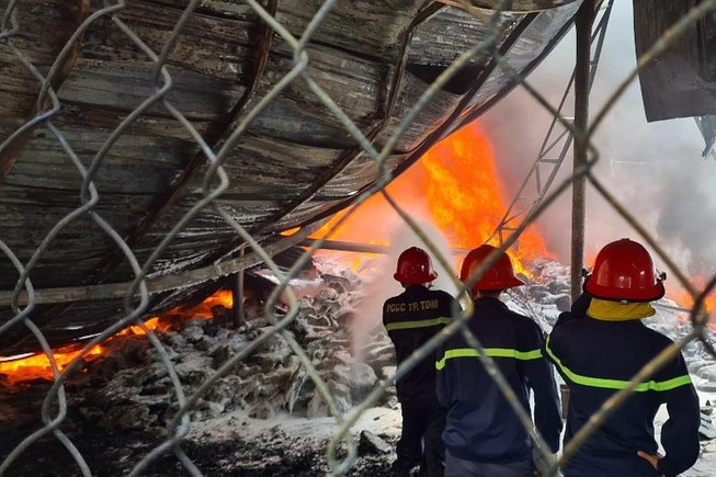 Bình Dương: Cháy lớn, cả khu dân cư hoảng loạn