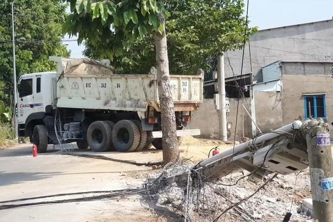 Bình Dương: Xe ben kéo đổ trụ, cả khu phố mất điện