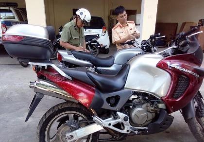 Bắt 2 mô tô 'khủng' giấy tờ lậu chui lên tàu TN4