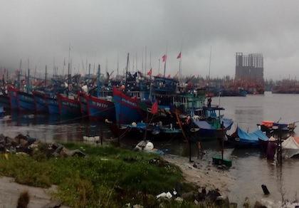Lũ miền Trung lên ào ạt, nhiều tàu cá gặp nạn