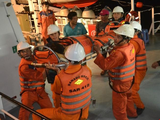 Cấp cứu một ngư dân trên biển Hoàng Sa