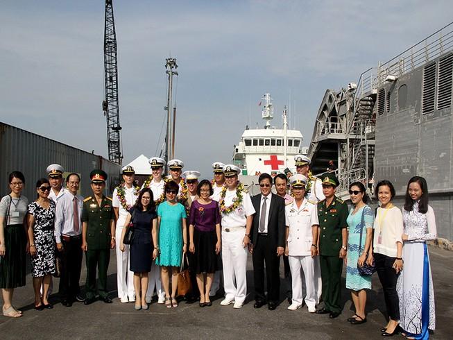 Tàu hải quân Mỹ chia tay Đà Nẵng