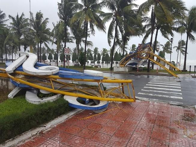 Đà Nẵng: Cổng chào, cây cối gãy ngã la liệt do bão