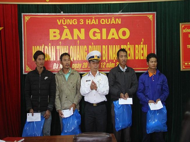 Hải quân Vùng 3 cứu 4 ngư dân Quảng Bình bị chìm tàu