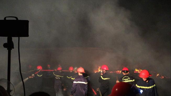 Kho vật liệu cháy dữ dội, hàng trăm chiến sĩ được huy động