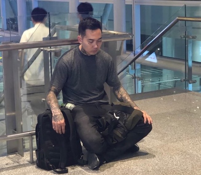 Trợ giúp một thanh niên người Mỹ ở sân bay Đà Nẵng