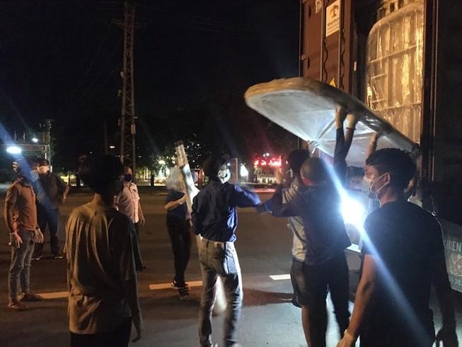 Đà Nẵng: Trắng đêm xây dựng khu cách ly tại trường học