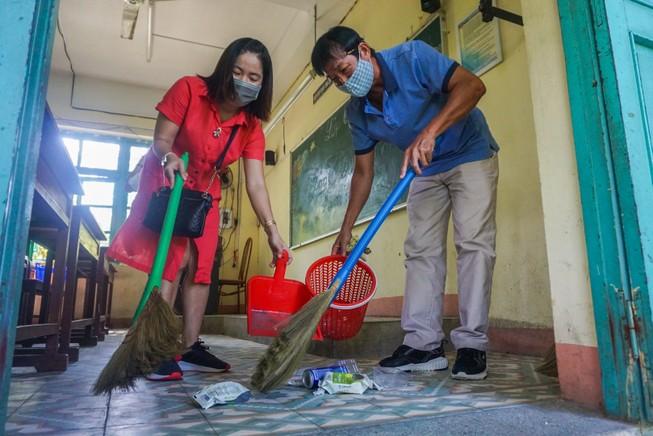 Đà Nẵng: Thầy cô quét sân, dọn phòng đón học sinh quay lại lớp