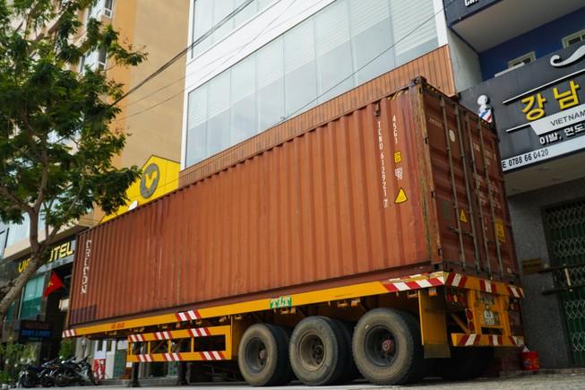 Khách sạn ở Đà Nẵng thuê container về chống bão số 9