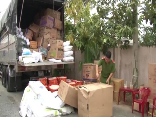 Bắt 2 xe tải chở đầy thực phẩm không có giấy tờ