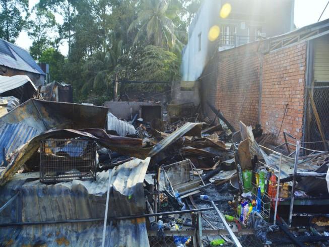 3 căn nhà cháy rụi trong đêm