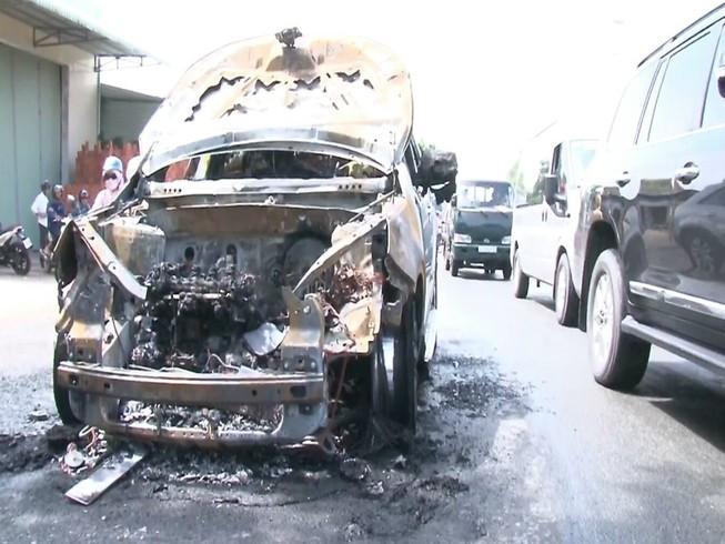 Cha ôm con trai 8 tuổi chạy khỏi xe đang bốc cháy
