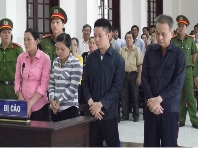 Tham ô, hiệu trưởng cùng thuộc cấp lãnh 62 năm tù
