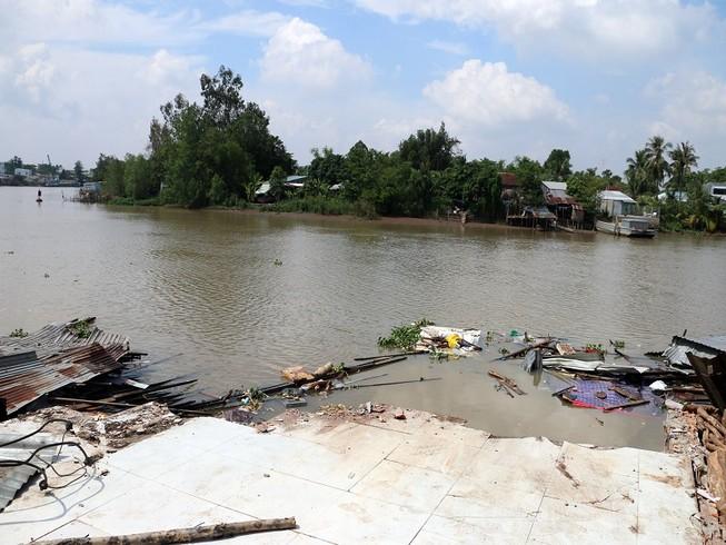 3 căn nhà bỗng dưng đổ ập xuống sông