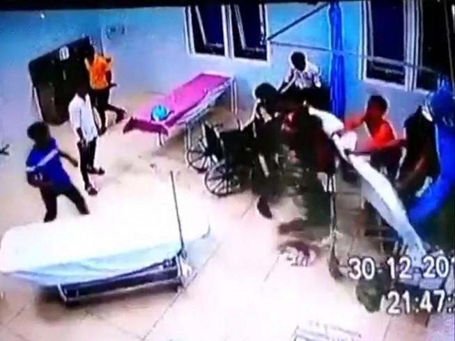 Xông vào trụ sở xã đập phá, truy sát người