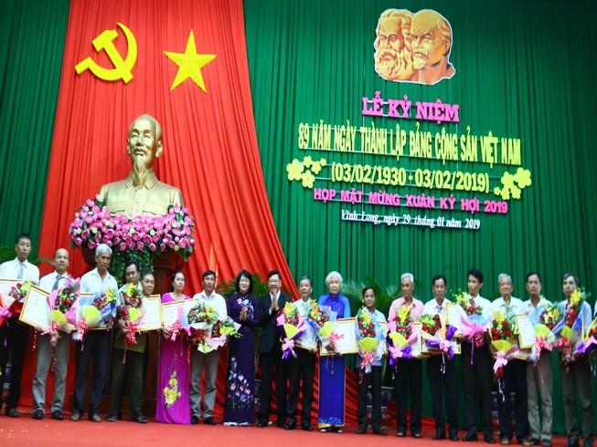 Phó Chủ tịch nước tặng quà tết cho công nhân Vĩnh Long