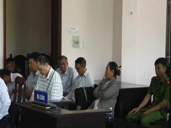 Ban lãnh đạo công ty Lương thực Hậu Giang cùng hầu tòa