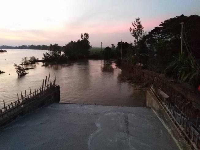 Sạt lở ở công trình xây cầu, xe lu rơi xuống sông