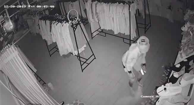 Đục trần nhà vào trộm tiền, vặt luôn 3 camera an ninh
