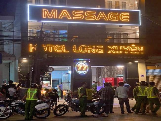 Không trả đủ tiền bo, khách bị nữ nhân viên massage đâm chết