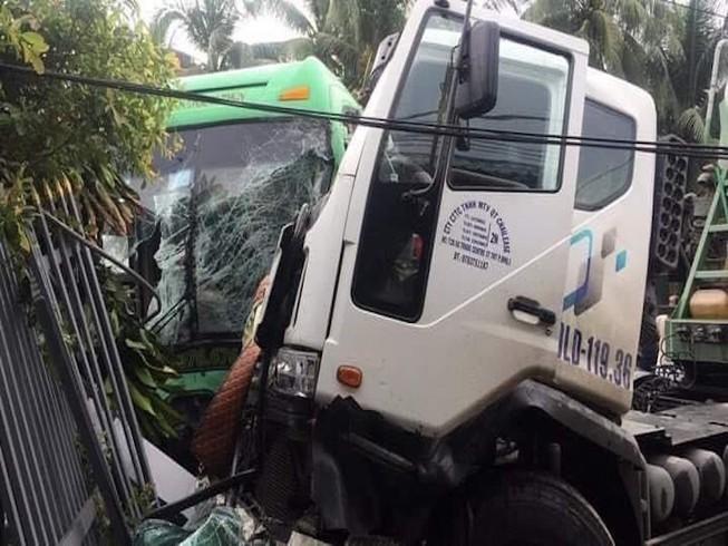 6 người trên ô tô khách bị thương sau va chạm với xe bồn